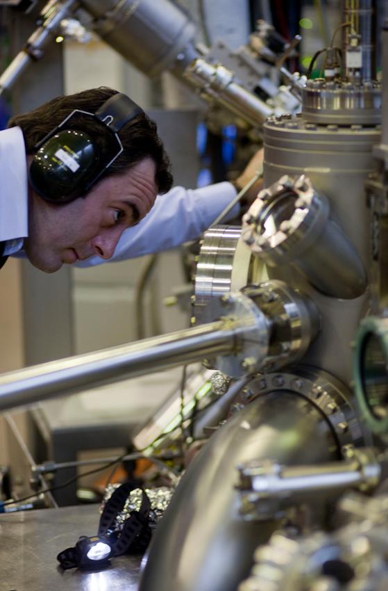Der Wissenschaftler des IFW Dresden, Sergiy Bokoch, beobachtet eine Probe am Strahlrohr für Synchrotronstrahlung.