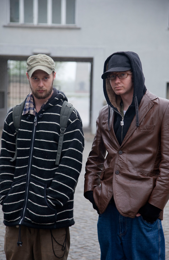 Dan Herman (links) und Andrew Herman (rechts) aus New Jersey/USA besuchen die Gedenkstätte Sachsenhausen bei Oranienburg, die an das Konzentrationslager sowie das sowjetische Speziallager erinnert. Sachsenhasuen verzeichnet im Jahr mehr als vierhunderttausend Besucher aus aller Welt.