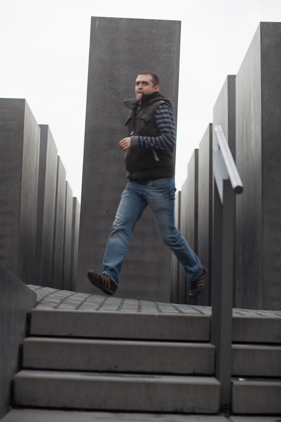Besucher im Stelenfeld des Holocaust Mahnmals.