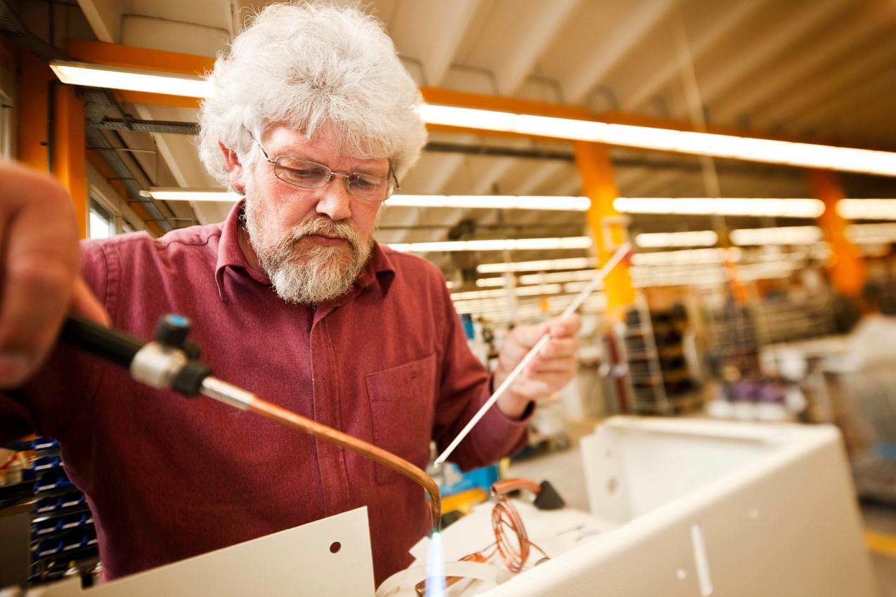Der Elektromechaniker Rudi Armbrecht bei der Montage einer Laborzentrifuge in einer internationalen Firma in Osterode am Harz. Zentrifugen werden zur Stofftrennung verwendet, z.B. zur Gewinnung von Blutserum. In seiner Freizeit betätigt er sich als Streuobstbauer. Dabei kommt ihm zugute, dass er in dieser ländlichen Gegend nur einen kurzen Arbeitsweg hat und sich somit beiden Tätigkeiten ausreichend widmen kann.