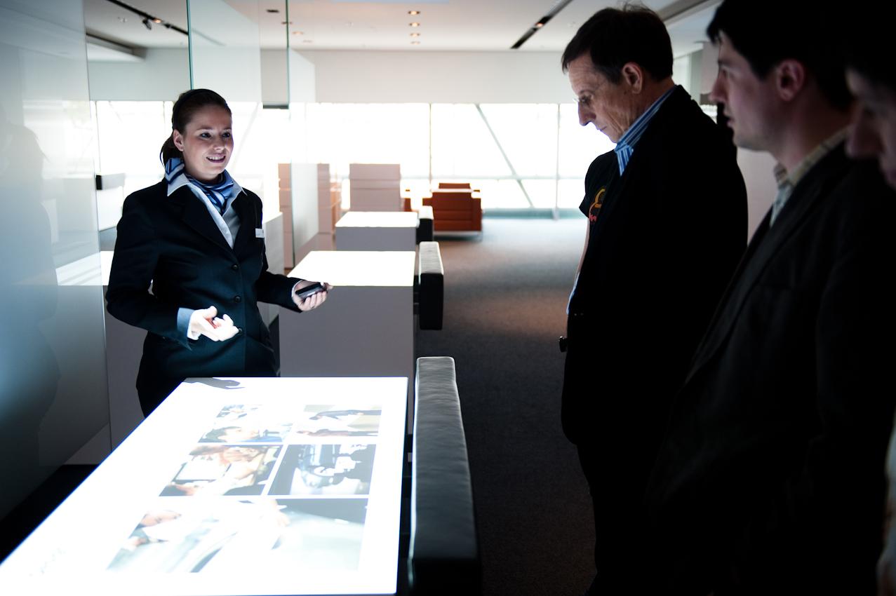 Die persönliche Auslieferungs-Assistentin Judith Koppel erklärt Karl Schwarzler und seinen Söhnen den Entstehungsprozess des eignenen Autos.