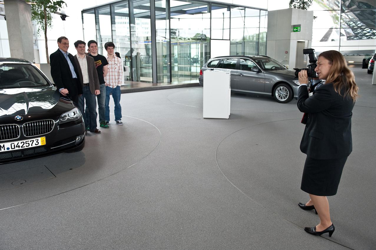 Bevor dem Besitzer sein Fahrzeug erklärt wird, bittet eine BMW-Mitarbeiterin zum Gruppenfoto.