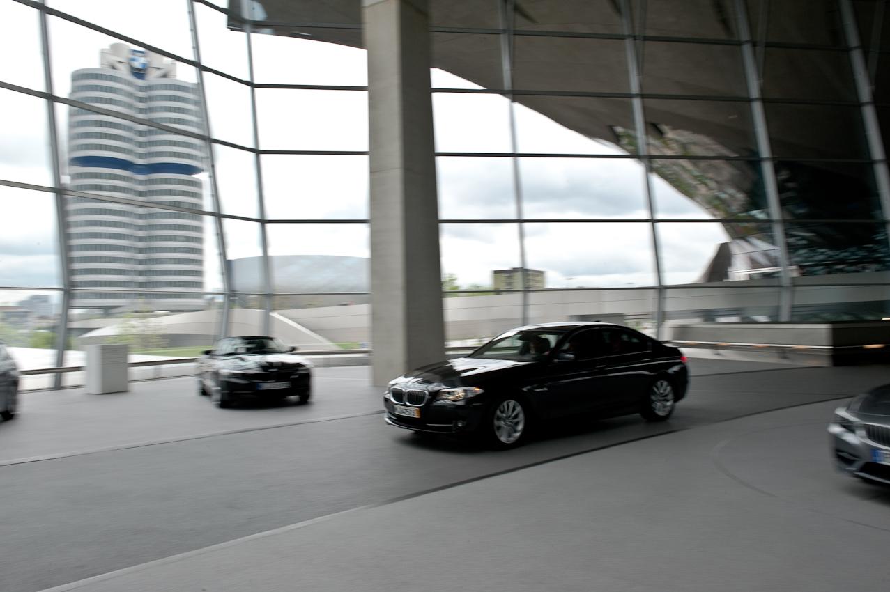 Die ersten Meter mit dem eigenen Auto legen die Kunden dann unter dem Dach der BMW Welt und zu Füßen des BMW-Verwaltunsgebäudes zuruck.