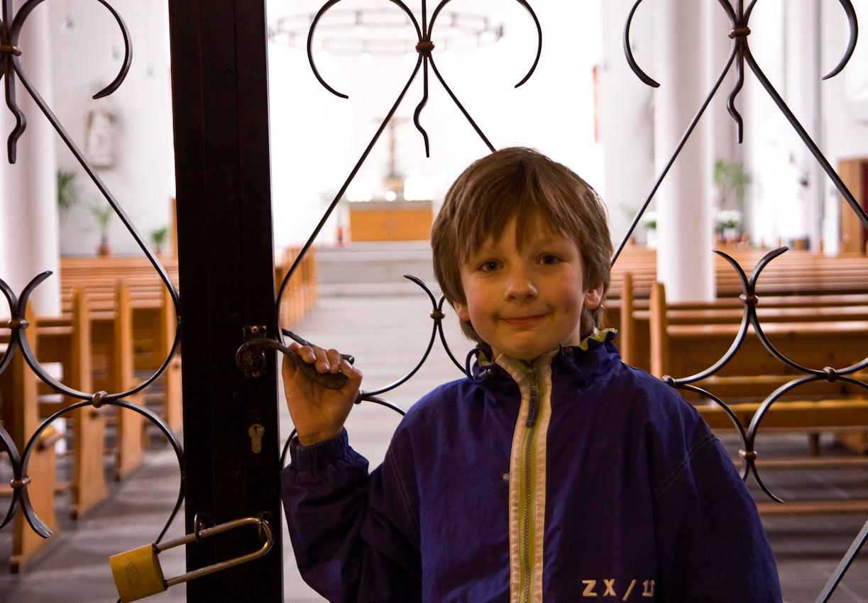In Vorbereitung seiner Erstkommunionsfeier, besucht Jakob Dicks,  am Nachmittag des 07.05.2010, die Pfarrkirche St. Peter in Krefeld-Uerdingen und steht vor dem noch geschlossenen Kircheninnenraum.