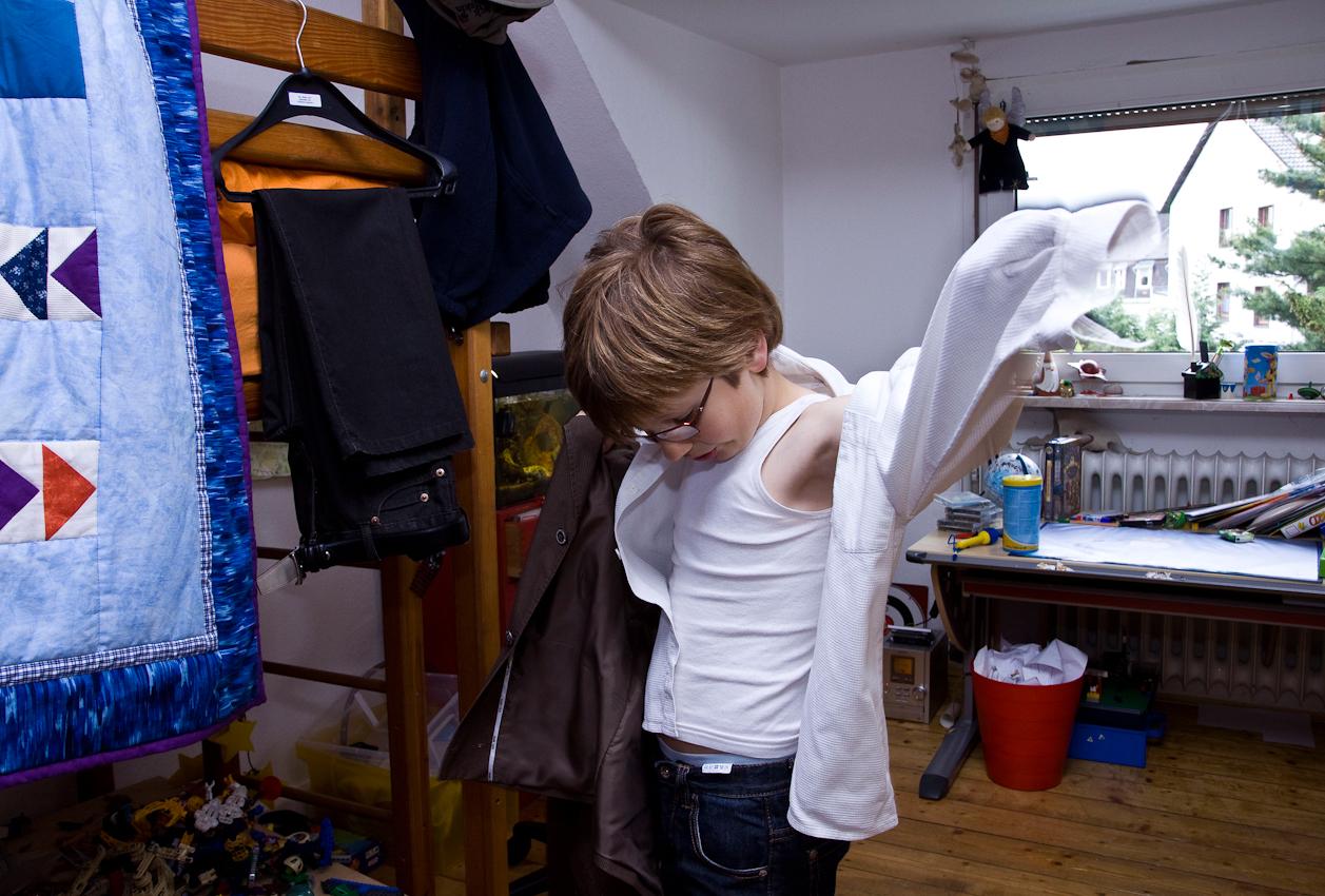 Am Nachmittag des 07.05.2010 im Haus der Familie Dicks in Krefeld. Jakob Dicks probiert seinen Erstkommunionsanzug in sein Kinderzimmer an.