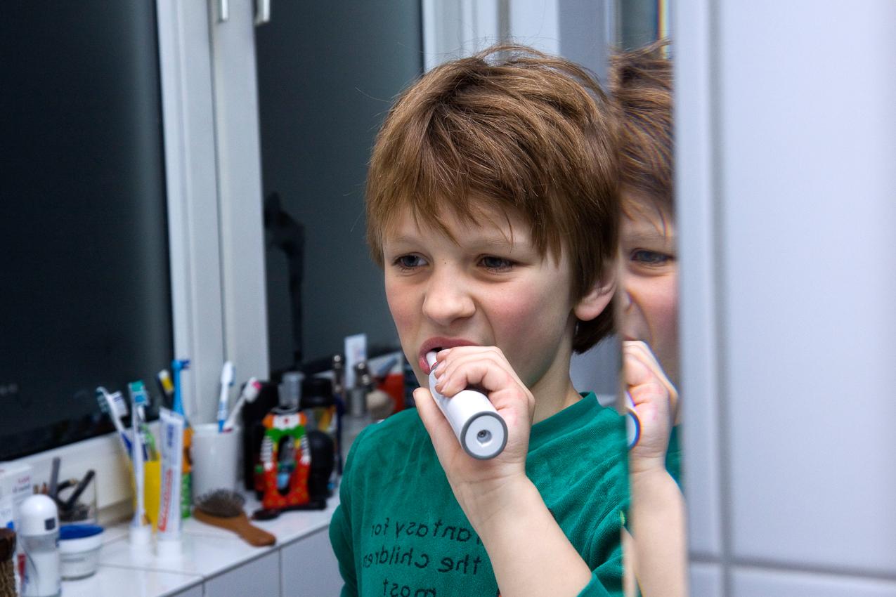 Am Abend des 07.05.2010 im Badezimmer der Familie Dicks in Krefeld. Jakob Dicks steht vor dem Spiegel und putzt sich seine Zaehne bevor er schlafen geht.