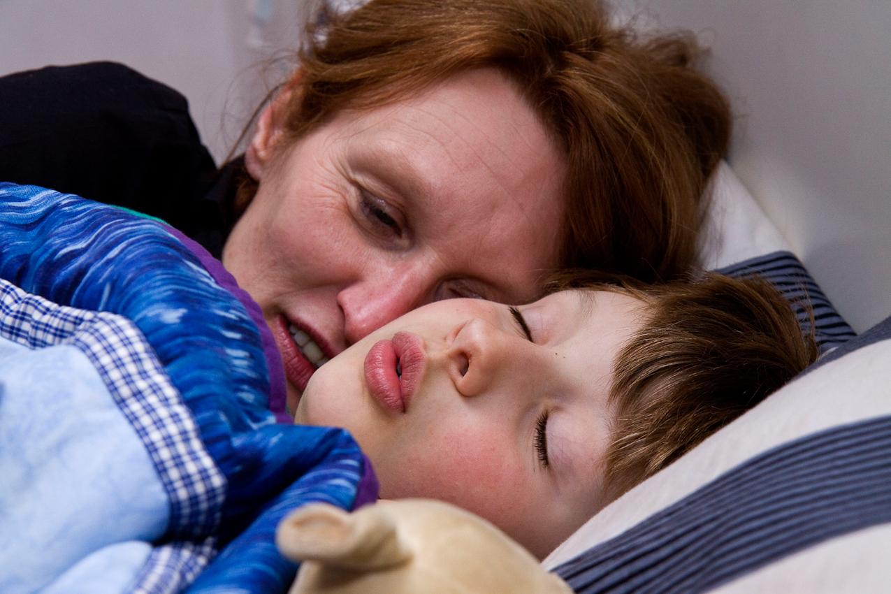 In der Nacht des 07.05.2010 im Schlafzimmer der Familie Dicks in Krefeld. Jakob Dicks liegt erschoepft im Bett an seine Mutter, Judith, gekuschelt und ist kurz vor dem Einschlafen.