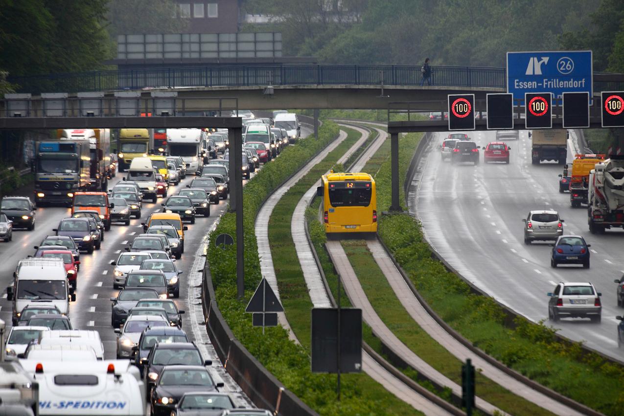 Ein Tag Deutschland, auf der Autobahn A40, Ruhrschnellweg. Immer noch gut 3 Kilometer Stau vor der Baustelle in Gelsenkirchen. Noch dreispurig, dann zweispurig. Endlose Karawane von PKW und LKW Richtung Osten. Freie Fahrt dagegen wieder in Richtung Westen. Nur die Busse auf der Busfahrspur in der Mitte des Ruhrschnellwegs in Essen haben immer freie Fahrt. Essen, NRW, Deutschland