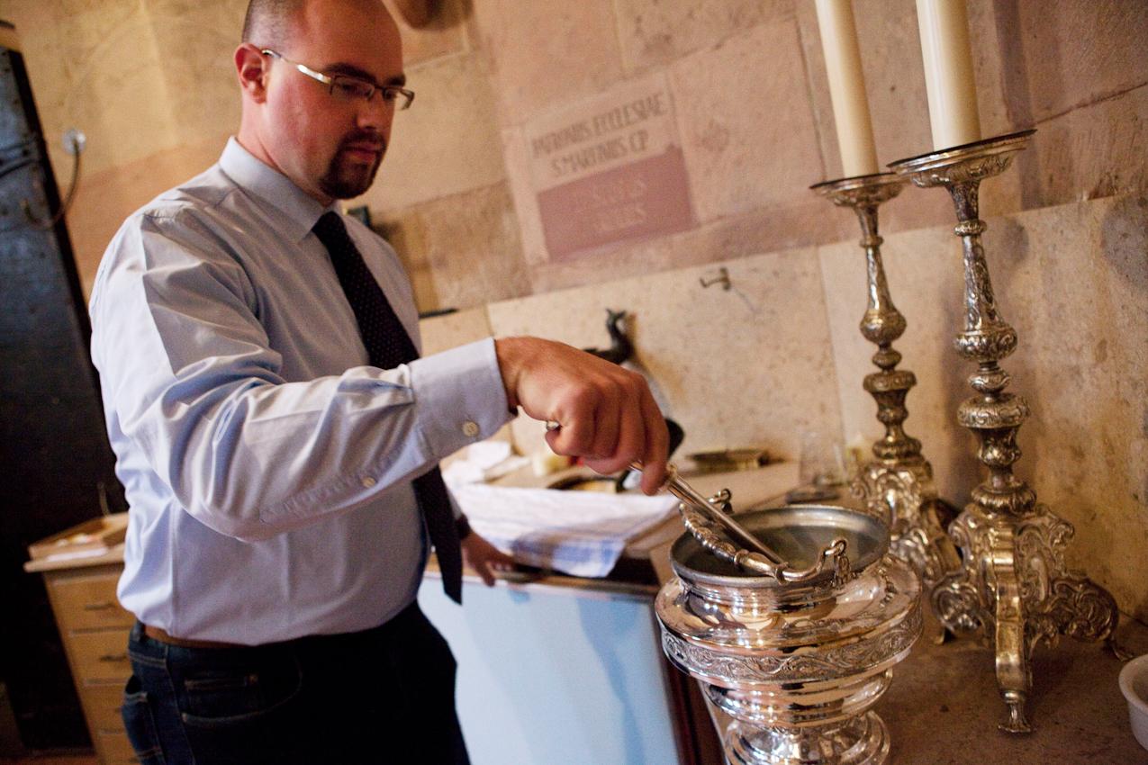 In der Sakristei des Mainzer Doms stellt Domküster Frank Wiegand alles Nötige für eine Hochzeit am nächsten Tag bereit.