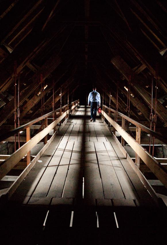 Im Dachstuhl des Mainzer Doms ist Domküster Frank Wiegand über dem Gewölbe auf dem Weg zum höchsten Turm des Domes.