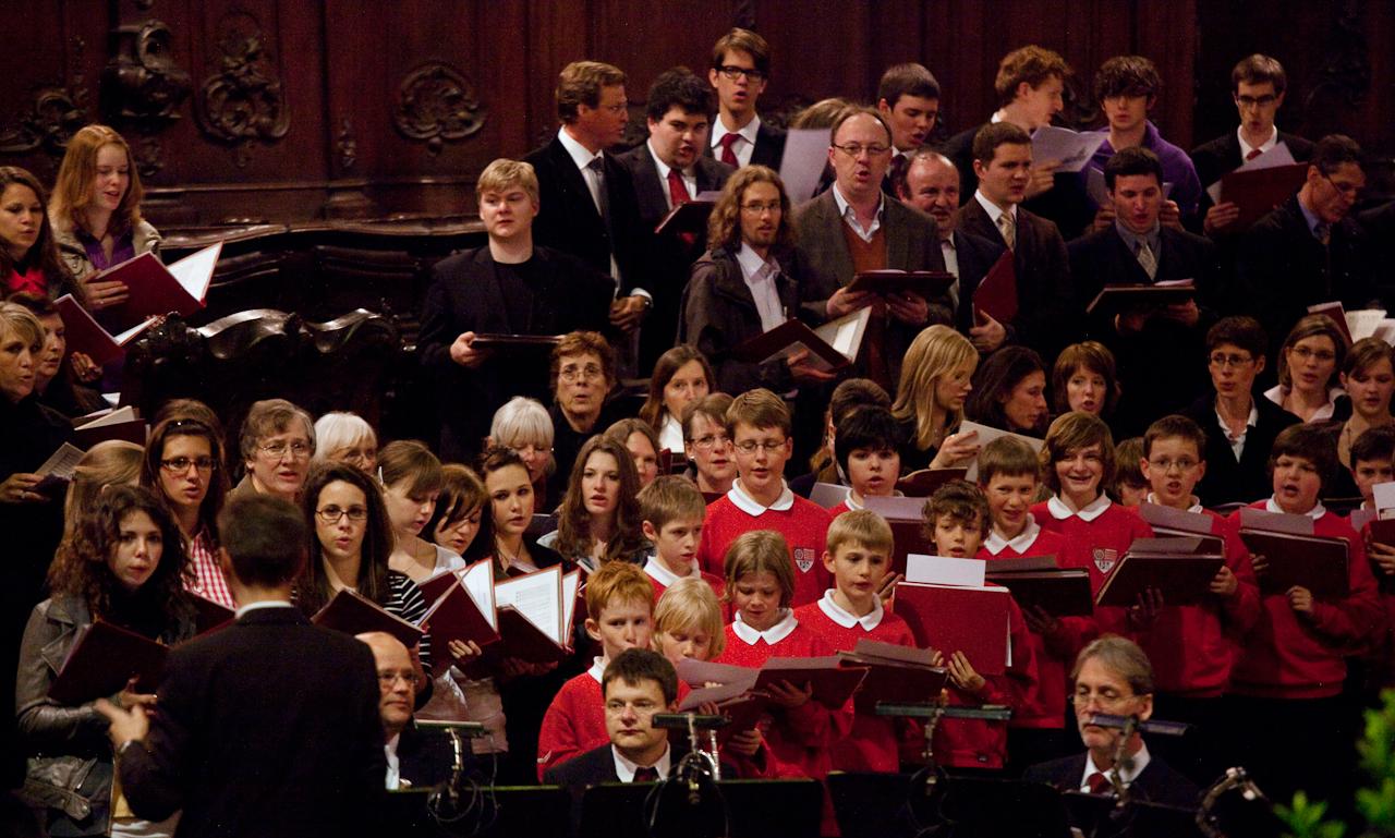 Im Mainzer Dom singen die drei Chöre Mainzer Domchor (Knabenchor), der Mädchenchor am Dom und St. Quintin und die Domkantorei St. Martin Mainz (Erwachsenenchor) beim Abendlob, das an diesem Tag zu Ehren des 60. Geburtstags des Domkapellmeisters Prof. Mathias Breitschaft stattfindet.