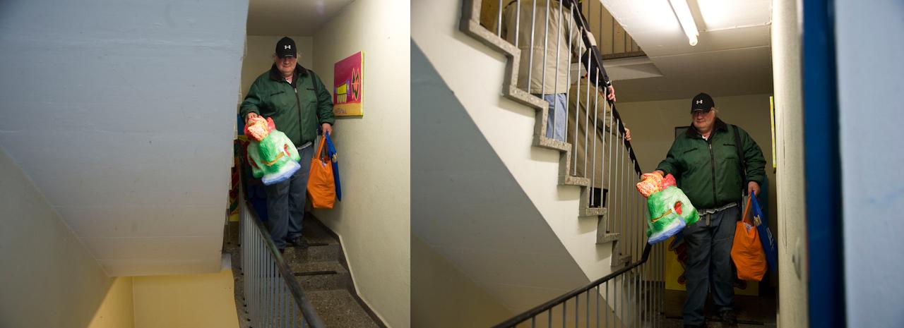 Siegfried Wurm drängt zum Aufbruch. Die Gruppe verlässlt ihr Atelier in Nürnberg, um auf jeden Fall rechtzeitig in Altdorf anzukommen. An den KunstTräumen, einer Veranstaltungsreihe in dem idyllischen Städtchen Altdorf, ist Chroma Omada mit einer Performance beteiligt.