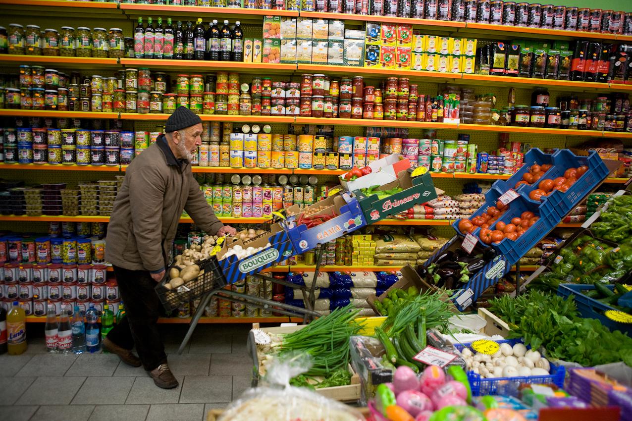 Im türkischen Dagdelen Market in Hannover werden die Auslagen mit frischem Obst und Gemüse in den kleinen Geschäftsraum geschoben.