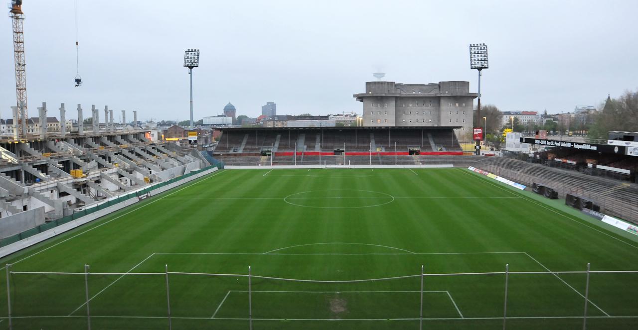Fußballstadion des FC St. Pauli. Noch zwei Tage, bevor der Verein in die erste Bundesliga aufsteigt. Somit müssen mehr Sitzplätze angebaut werden.
