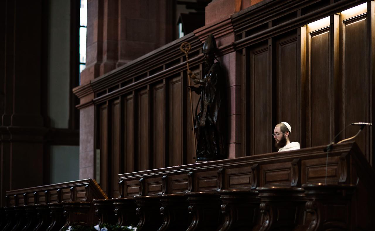 Novize Bruder Nathanael singt während der Laudes, der zweiten der sieben Horen oder Stundengebete der benediktinischen Ordenregeln. Die Zisterzienser-Moenche der Abtei Himmerod in der Eifel versammeln sich wie jeden Morgen um 07:00 Uhr in der Klosterkirche, um die vorgeschriebenen Gebete und gregorianischen Gesänge zu verrichten.