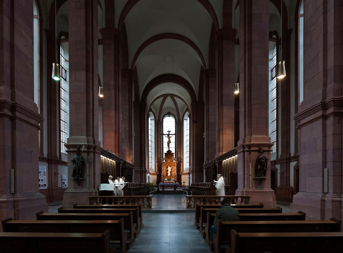 Ein einzelner Gast besucht die Laudes, die zweite der sieben Horen oder Stundengebete der benediktinischen Ordenregeln.