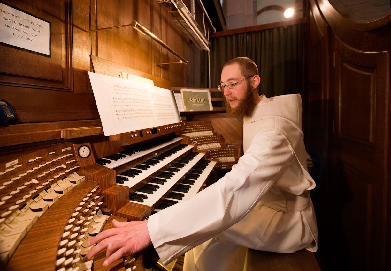 Am fruehen Nachmittag übt Bruder Nathanael an der 1962 erbauten Klais-Orgel in der Abteikirche des Klosters Himmerod.