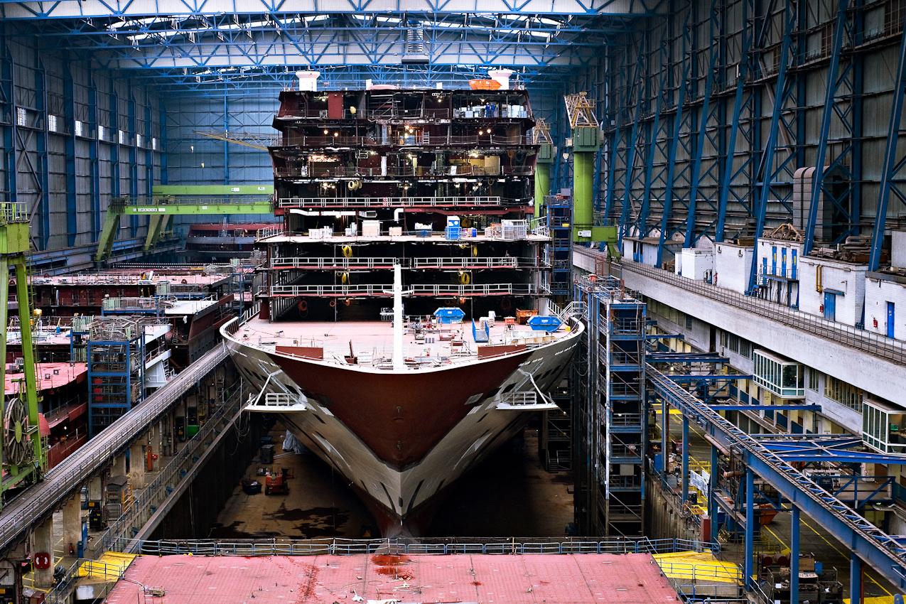 Das Kreuzfahrtschiff AIDAsol mit einer Bruttoraumzahl von 71.000 in der Dockhalle 1 der Meyer Werft in Papenburg.