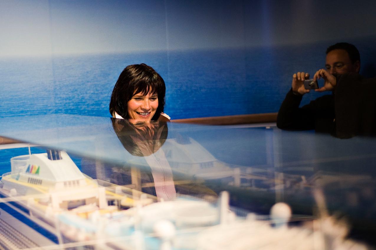 Besucher im integrierten Besucherzentrum. Jährlich besuchen etwa 300.000 Menschen die Meyer Werft in Papenburg.