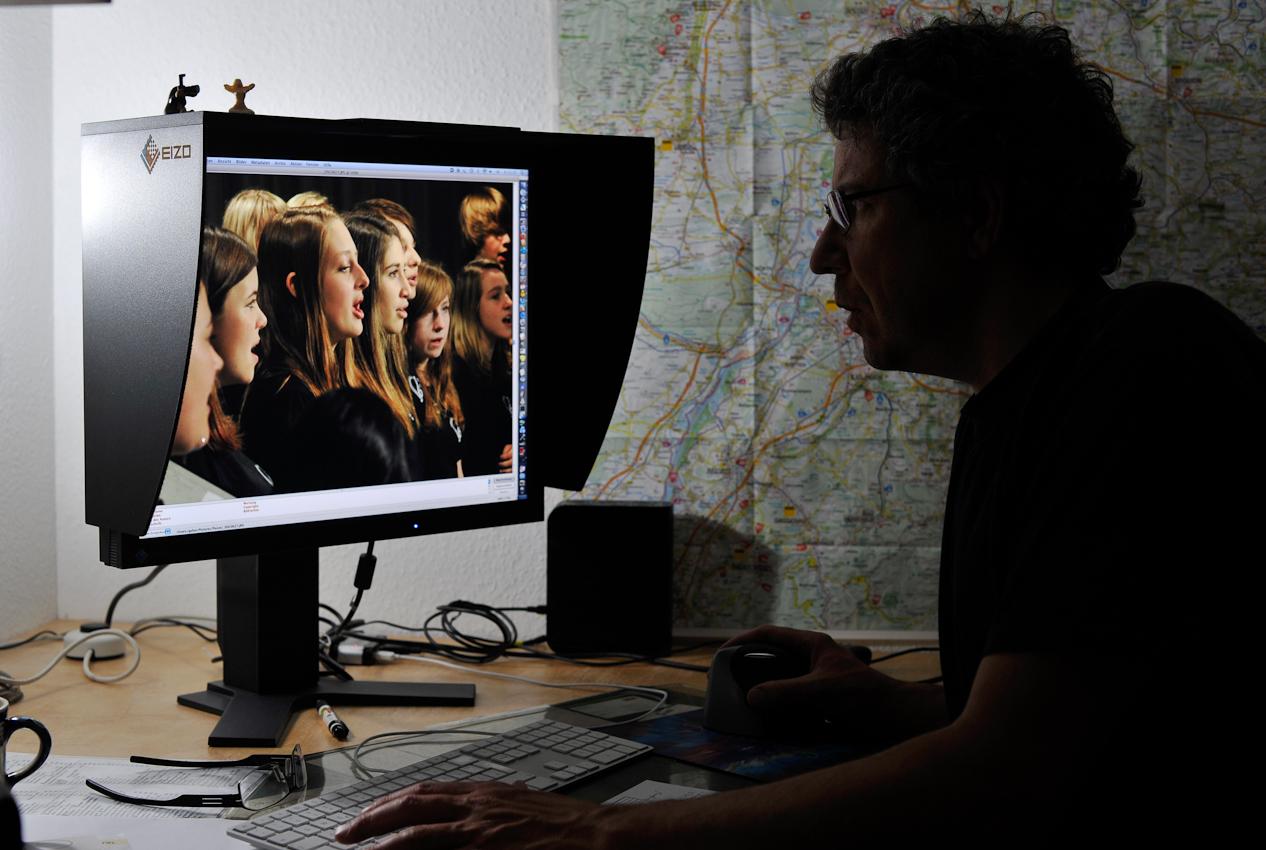 <p>Karlsruhe, DEU, 07.05.2010: 21.17 Uhr Fix und feritg am Ende des -1 Tag Deutschland-, der gleichzeitig ein etwas uebertriebener Arbeitstag war, inszerniere ich mich vor dem Bildschirm, nur damit das Kameradatum mit dem heutigen Tag übereinstimmt. Uebrigens: das Foto auf dem Bildschirm ist auch vom 07.05.2010. Gustavo Alabiso.</p>