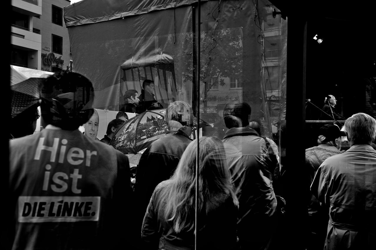 """Wahlkundgebung der Partei """"Die Linke"""" zur NRW Landtagswahl auf dem Heumarkt in Köln. Oskar Lafontaine halt eine Rede vor seinen Parteifreunden. Es ist einer seiner letzten Auftritte als Parteivorsitzender im Bundesvorstand der Linken."""