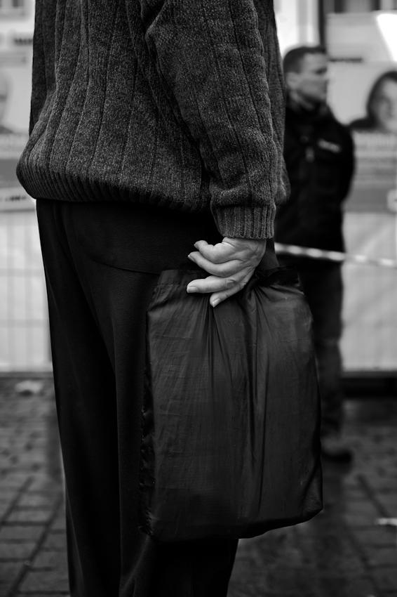 """Wahlkundgebung der Partei """"Die Linke"""" zur NRW Landtagswahl auf dem Heumarkt in Köln. Ein alterer Herr verfolgt die Reden der Partei """"DieLinke"""" zwei Tage vor dem Wahltermin."""