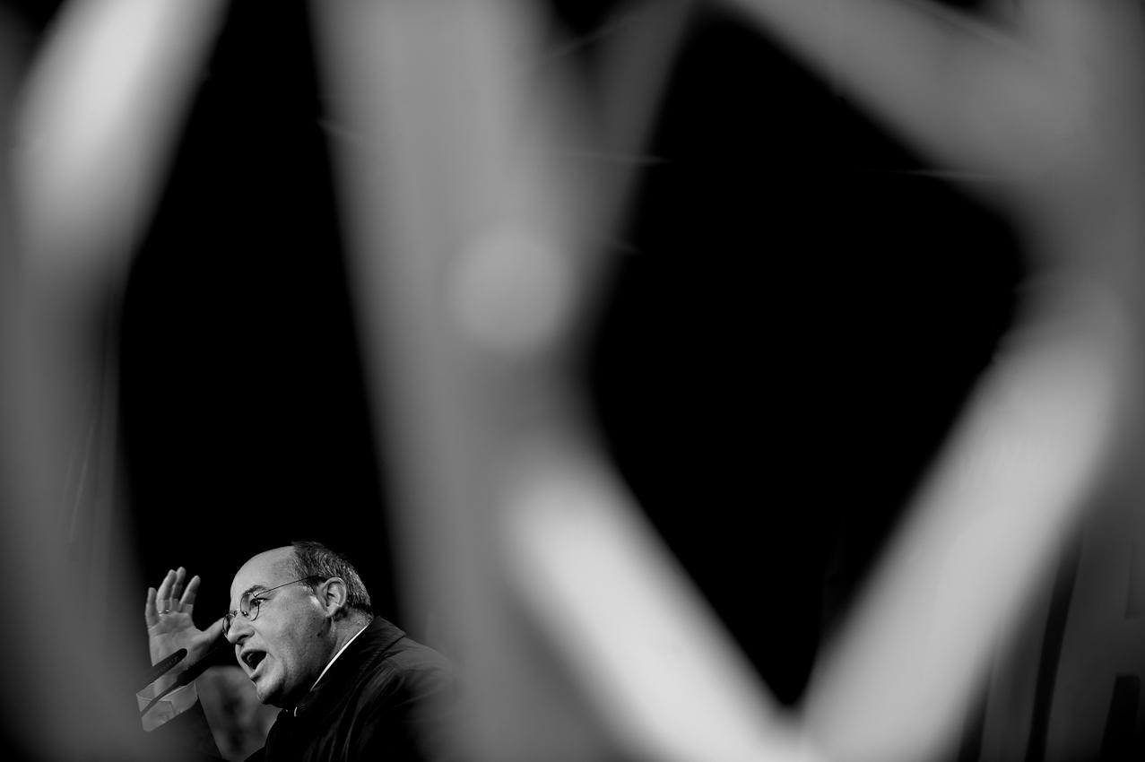 """Wahlkundgebung der Partei """"Die Linke"""" zur NRW Landtagswahl auf dem Heumarkt in Köln. Gregor Gysi hält eine Rede auf der Abschlusskundgebung vor dem Publikum. Der Wahltermin ist in zwei Tagen."""