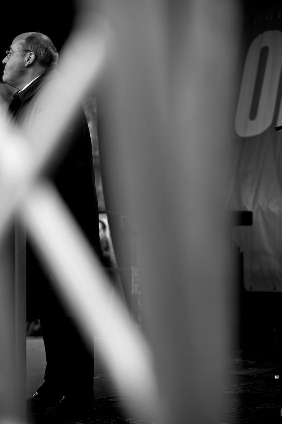 """Wahlkundgebung der Partei """"Die Linke"""" zur NRW Landtagswahl auf dem Heumarkt in Köln. Gregor Gysi hält eine Rede auf der Abschlusskundgebung vor dem Publikum. Der Wahltermin ist in zwei Tage und die Stimmung trübe."""