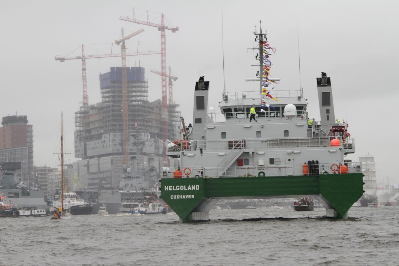"""Das Küstenwachschiff """"Helgoland"""" vom Zoll besucht den Hamburger Hafengeburtstag am 7. Mai 2010 vor dem Hintergrund der im Bau befindlichen Elbphilharmonie."""
