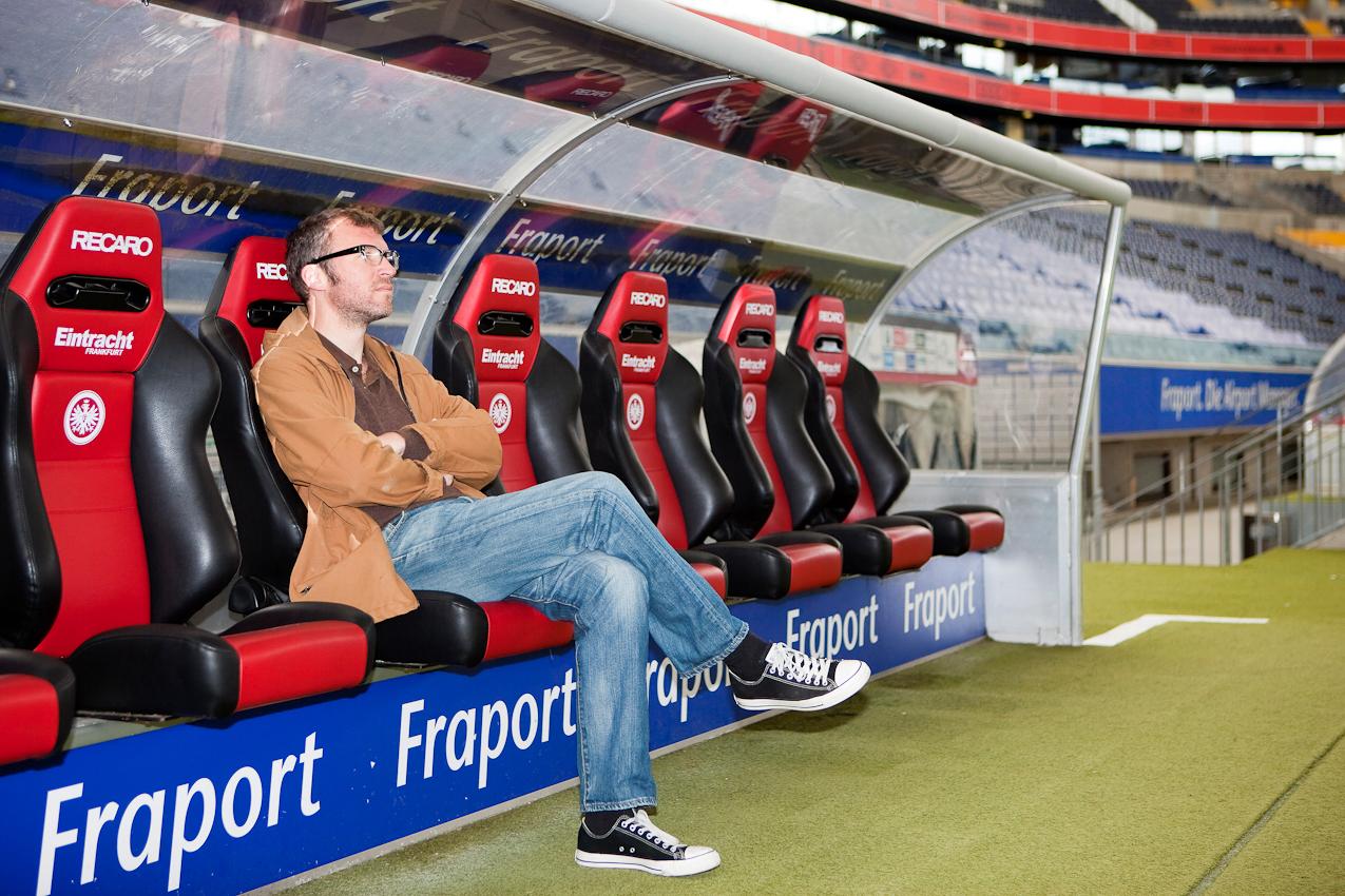 Ungewohnter Platz: Der Schriftsteller Andreas Maier, bekennder Fan des Bundesligavereins Eintracht Frankfurt, auf der Spielerbank am Spielfeldrand der Commerzbank-Arena.