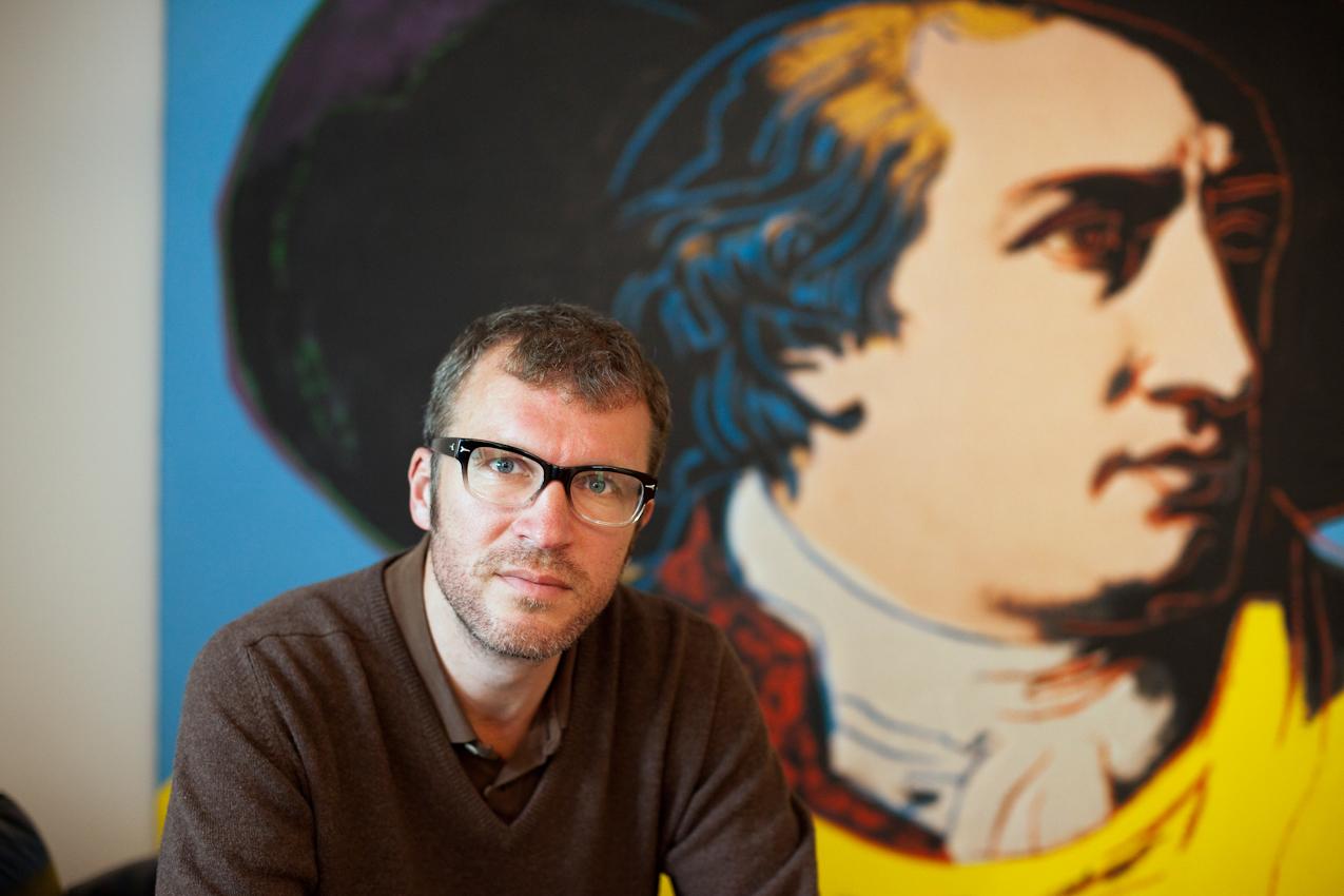 Der Schriftsteller Andreas Maier vor dem Goethe-Bild von Andy Warhol in der Villa Unseld des Suhrkamp Verlages (ehemalige Villa des Verlegers Siegfried Unseld) in Frankfurt am Main