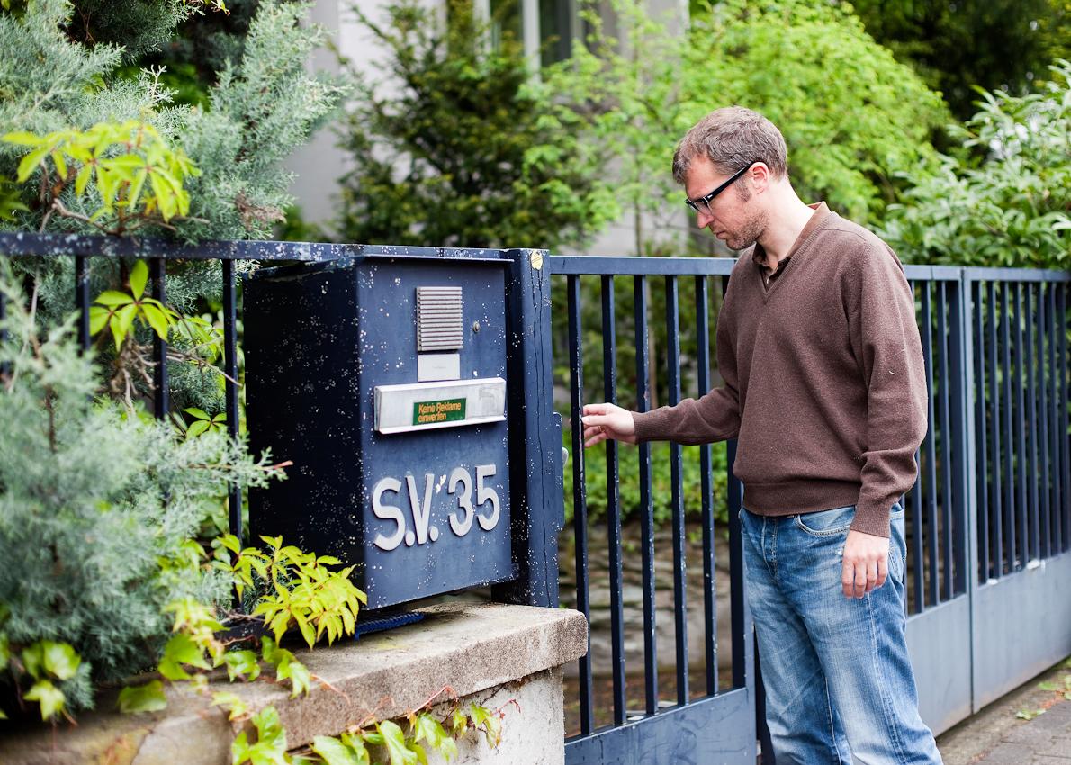 """Der Schriftsteller Andreas Maier am Eingang zur """"Villa Unseld"""" in der Frankfurter Klettenbergstra?e"""