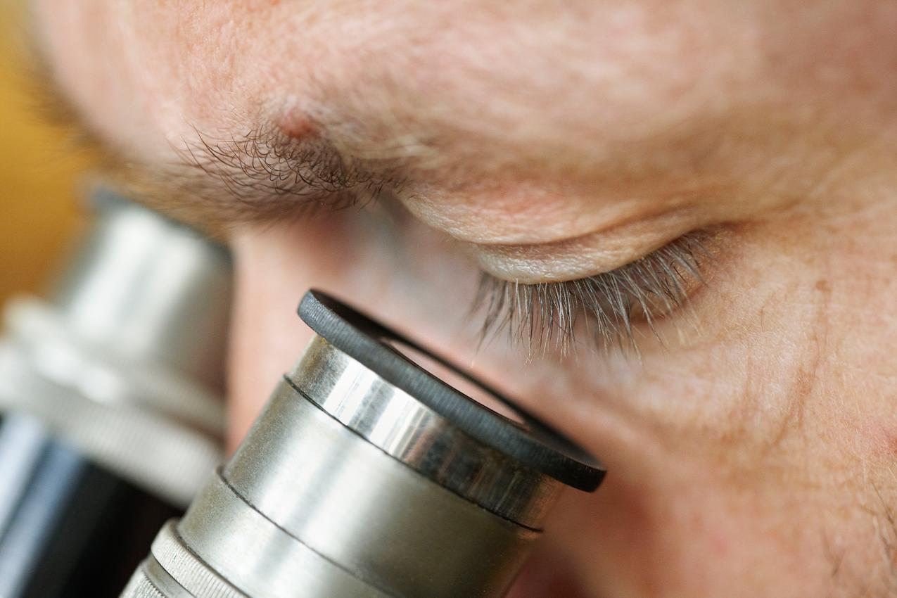 Volker Vyskocil in Nettetal-Kaldenkirchen untersucht um 12:45 Uhr am Mikroskop die Oberfläche eines Werkteils.
