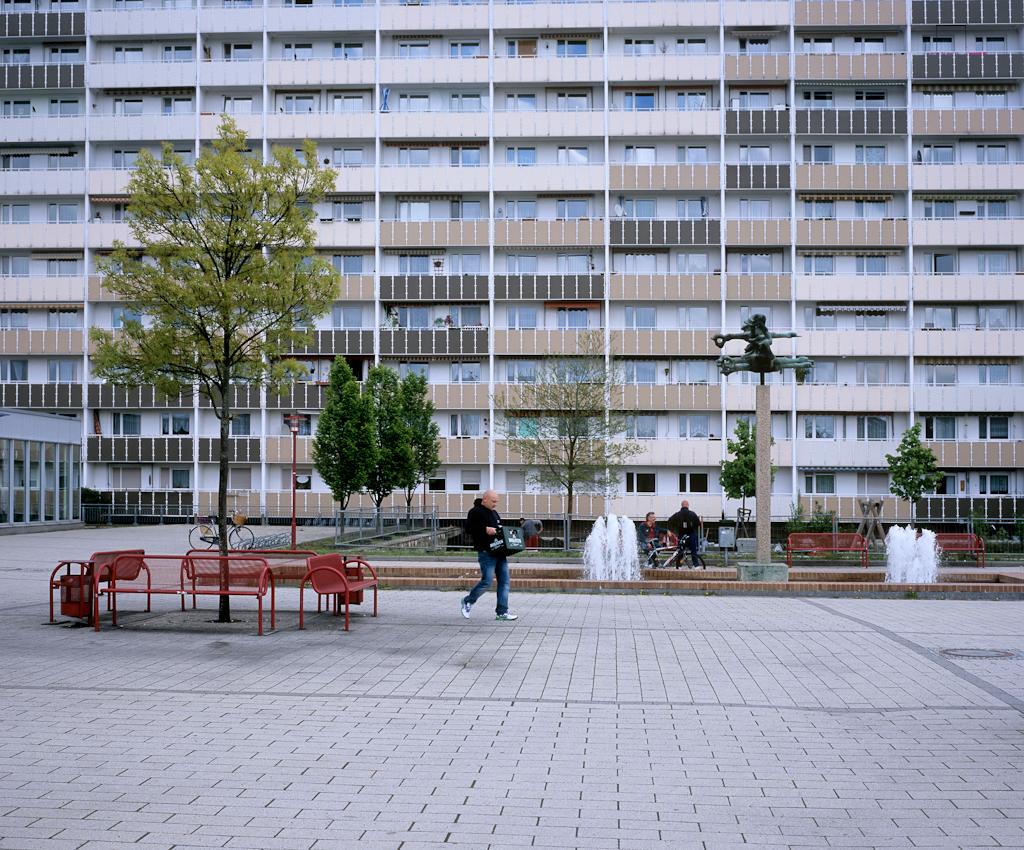 DEU, Deutschland, Germany, Hoyerswerda, Sachsen, 07.05.2010 Bewohner beim Bierholen vor einer Plattenbausiedlung im Wohnkomplex VIII in Hoyerswerda-Neustadt. Aus der Serie ' Hoyerswerda - Die Schrumpfende Stadt '. Hoyerswerda-Neustadt mit seinen zehn Wohnkomplexen WK I-X war einst die sozialistische Vorzeigemetropole der DDR. Gekennzeichnet durch die in industrieller Bauweise gefertigten gleichfoermigen Plattenbauten galt es als Modell fuer eine funktionale Stadt der Moderne. Gut Zwanzig Jahre nach dem Mauerfall, ist Hoyerswerda die am staerksten schrumpfende Stadt in Deutschland.