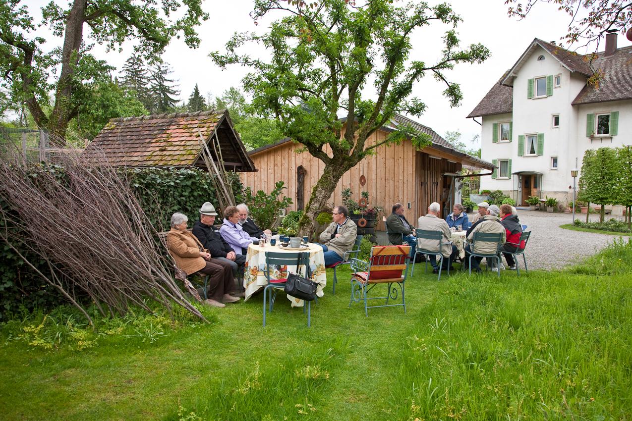 Mein Thema: Frühlingsgarten in Südbayern. Die einzige Ecke in Südbayern, in der es an diesem 7. Mai nicht regnet soll Lindau sein. Ich setze mich ins Auto und fahre zu einem Garten in  Lindau am Bodensee. Eine Gruppe schwäbischer Maurermeister mit Frauen aus Tübingen ist zu Besuch, um den Garten zu besichtigen. Als ich am Nachmittag ankomme, trinken sie schon gemütlich  Tee. Ich erfahre, dass sie sich einmal im Jahr  zu einem Ausflug treffen anlässlich der Meisterprufung im Jahr 1968 - also seit 42 Jahren.