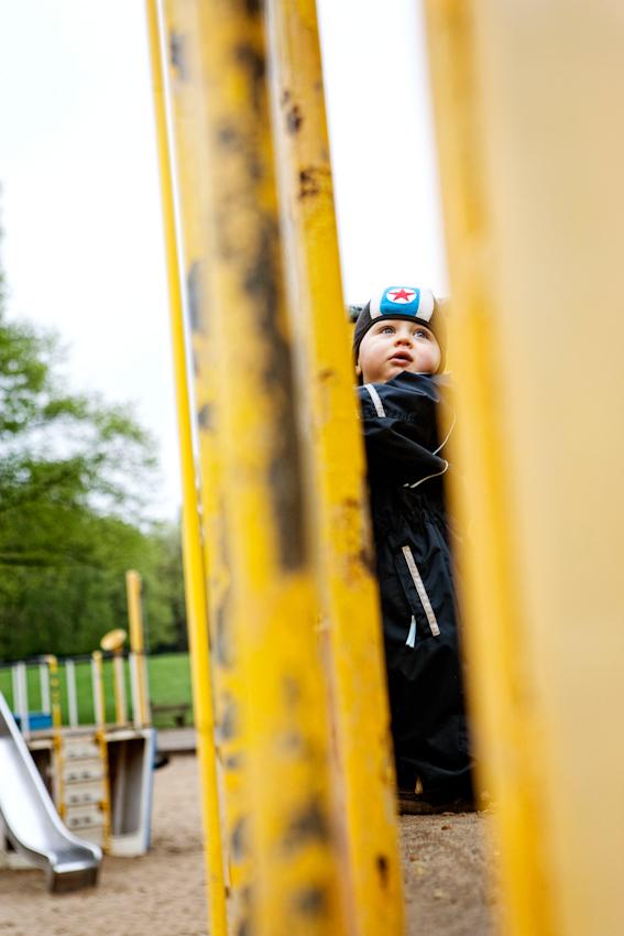 Beobachtung der Erkundung des maritimen Kinderspielplatz im Stadtpark Hamburg/Winterhude durch ein Kleinkind. Das Kleinkind 'Ben' steht auf einem Spielgerüst und schaut in den Himmel. Im Hintergrund ist ein weiteres Spielgerüst zu sehen. Die Aufnahme wurde am 7.5.2010 um 16:21h gemacht.