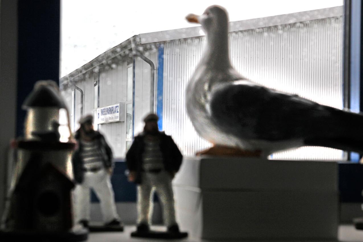 DEU/SH, Dagebuell, zwischen Muschelfabrik und Inselparkplatz. Blick vom Parkcenter auf den Inselparkplatz[ Inselbesucher von Foehr und Amrum koennen ihr Auto abstellen und werden mit einem Shuttlebus zum Schiff gebracht. Ein Parkplatz mit Faehranschluss wird Dagebuell auch spoettisch genannt.