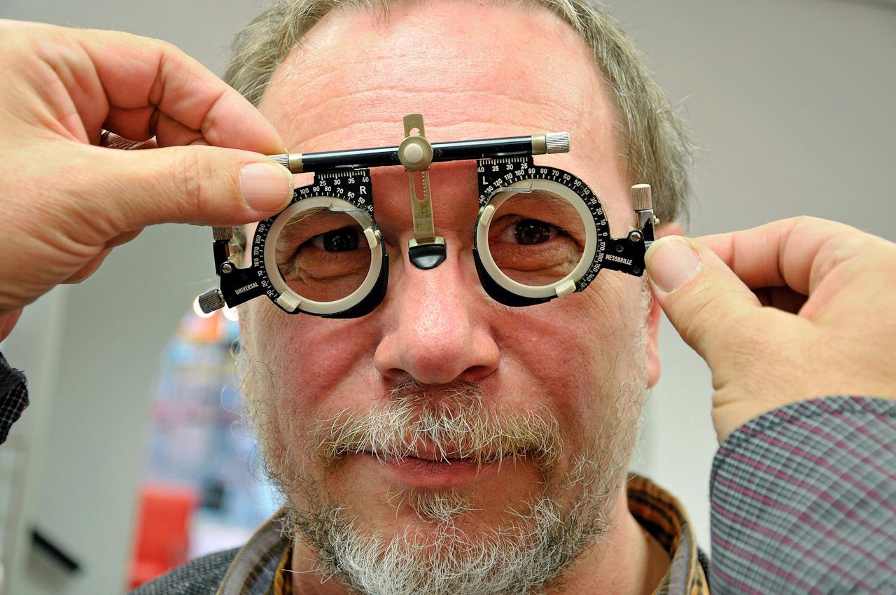 """Warum modern, wenn's auch altmodisch geht. ,,Durchblick kannst dir eh nicht kaufen"""", sagt der Optiker in Emmerich."""
