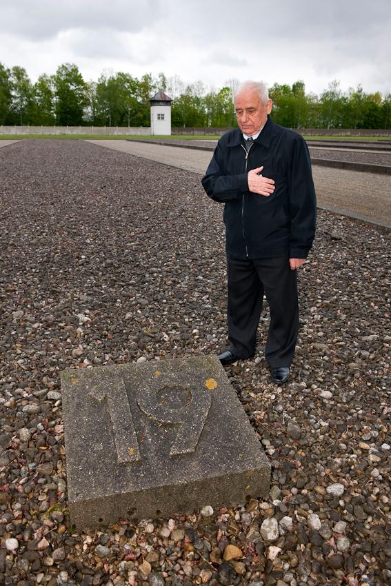 Am 2. Mai 1945 wurde das KZ Dachau von amerikanischen Truppen befreit. Der Förderverein fur internationale Jugendbegegnung und Gedenkstättenarbeit e.V. organisiert jedes Jahr den Besuch ehemaliger KZ-Häftlinge in Dachau.  Aleksandr Kulinitsch, 84 Jahre alt, aus der Ukraine an dem Punkt an dem Baracke 19 stand, in der er vor 65 Jahren während seiner KZ-Haft untergebracht war.