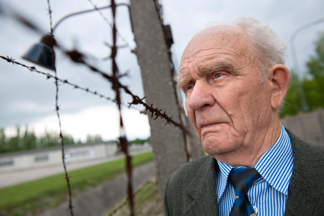 """Am 2. Mai 1945 wurde das KZ Dachau von amerikanischen Truppen befreit. Der Förderverein fur internationale Jugendbegegnung und Gedenkstättenarbeit e.V. organisiert jedes Jahr den Besuch ehemaliger KZ-Häftlinge in Dachau.  Vasilij Nowak (85) aus der Ukraine überlebte die Haft in 4 verschiedenen Lagern. In Dachau kam er kurz vor dem Eintreffen der Amerikaner mit dem """"Todeszug aus Buchenwald"""" an."""