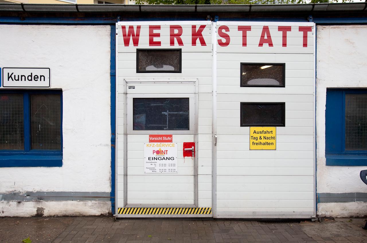 Die Tueren der Werkstatt sind geschlossen: Pause in der Autowerkstatt.
