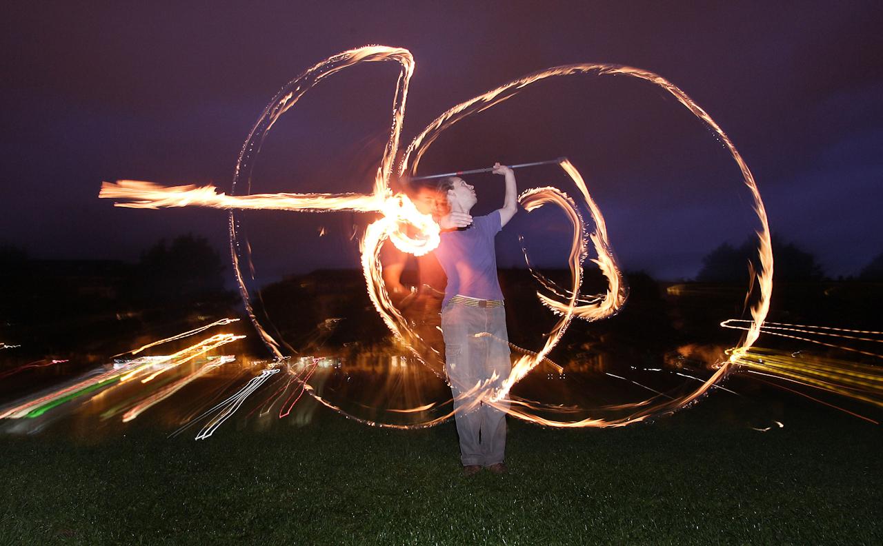 Martin Puttke (27) übt am 7. Mai 2010 das Jonglieren mit Feuer im Alaunpark in Dresden. Der Park im alternativen Szeneviertel Neustadt ist vor allem bei schönem Wetter Treffpunkt für viele Dresdner, die dort Grillen oder ihren Sportarten nachgehen.  Puttke, der seit vier Jahren trainiert, tritt unter dem Namen phantom fire gemeinsam mit Freunden auf.