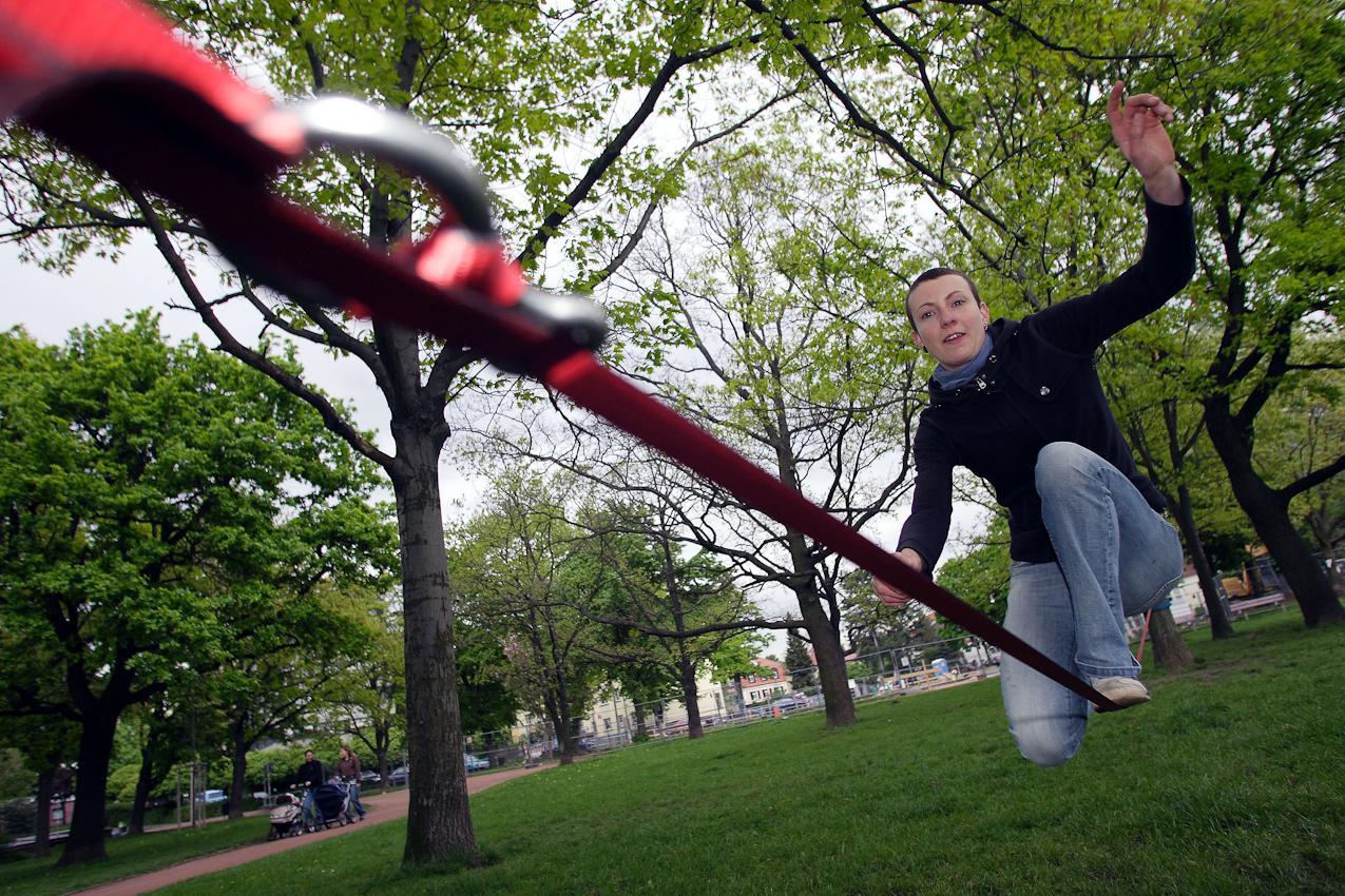 Stefanie Hirte (27) übt sich am 7. Mai 2010 beim Slacklining im Alaunpark in Dresden. Der Park im alternativen Szeneviertel Neustadt ist vor allem bei schönem Wetter Treffpunkt für viele Dresdner, die dort Grillen oder ihren Sportarten nachgehen.