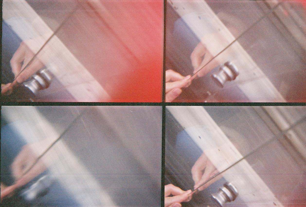 Ein Roadmovie in 4 Bildern: Es ist kalt, nass und zieht ungemuetlich durch das Schiebefenster unseres >>historischen<< Mercedes-Busses (MB 508, Baujahr 1977). Ein pruefender Griff bestaetigt, das Fenster war nicht ganz geschlossen. Analoge Charakteristik ist beabsichtigt. Lomografie mit Action-Sampler (4-fach Bild).