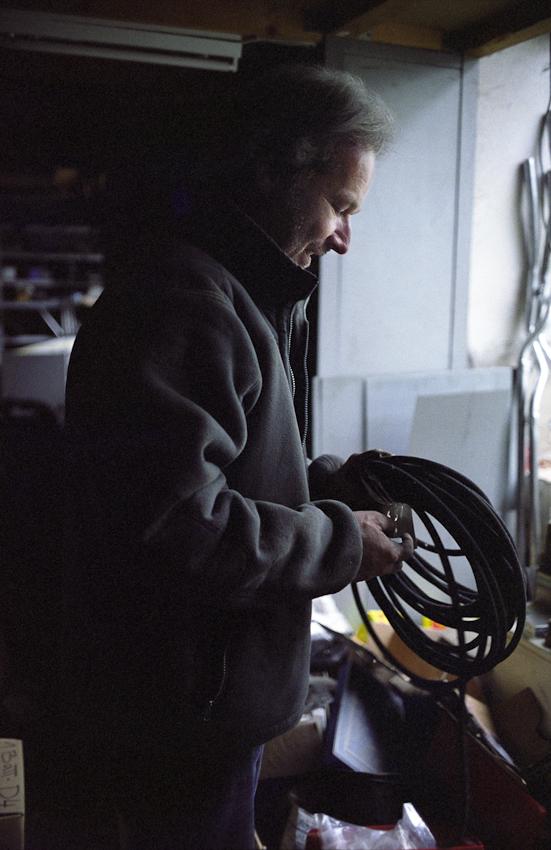 Stefan Schutzenhofer bereitet im Ersatzteillager einen Benzinschlauch für den Einbau am Vergaser des SIMCA Aronde P 60 (Bj. 1959) vor.