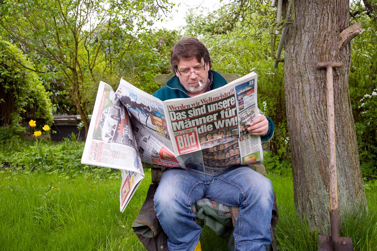 Manfred K. liest den Wetterbericht in der Bild-Zeitung. Kleingartenverein Tarpenhoh in Hamburg-Niendorf, 7. Mai 2010
