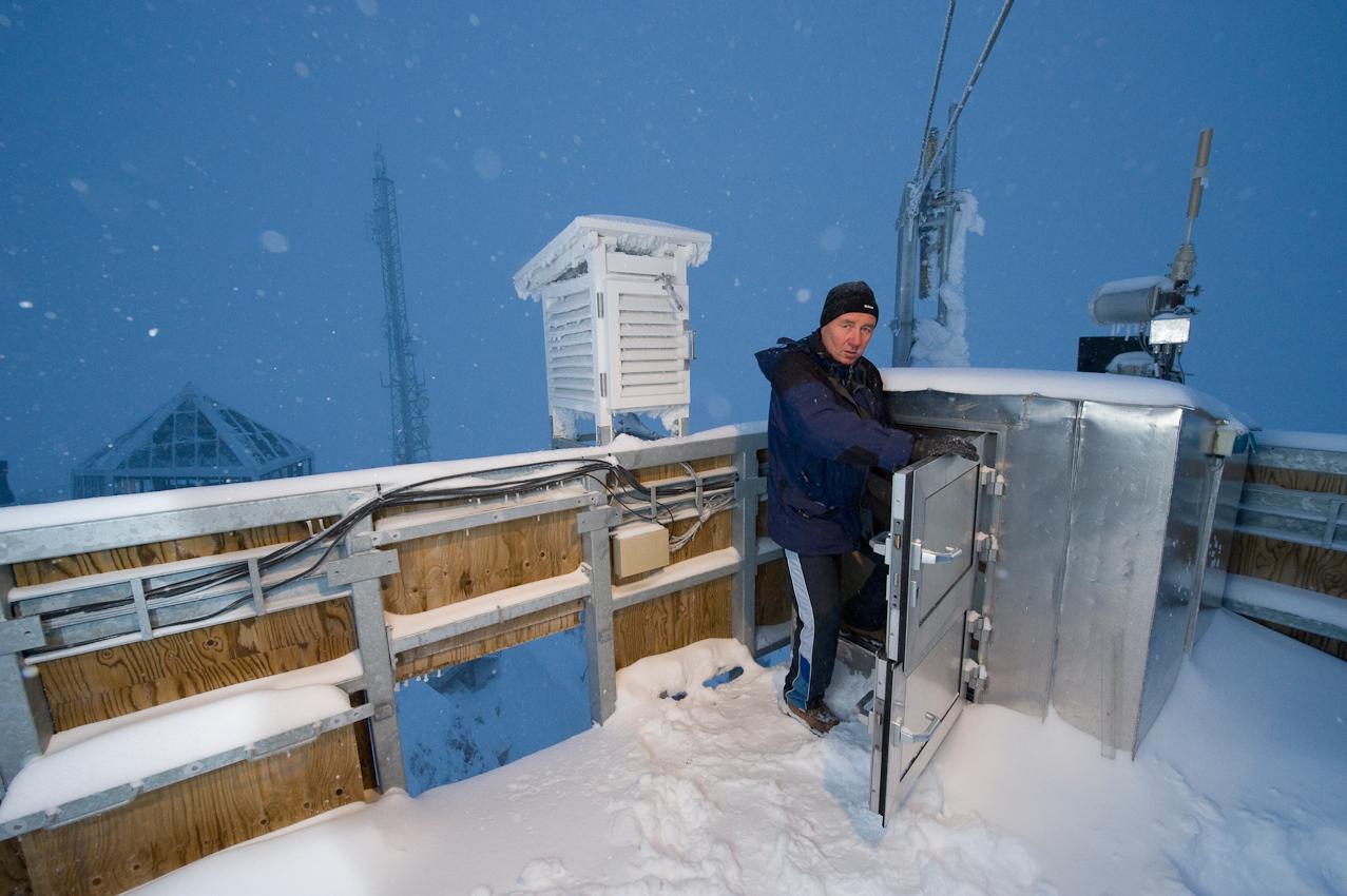 Der höchste Punkt Deutschlands: Wetterbeobachter Schorsch Demmer (55) betritt die Turmplattform der Wetterwarte Zugspitze auf 2.963 Höhenmetern. Er ist einer von acht Beamten des Deutschen Wetterdiensts, die hier im Schichtbetrieb 365 Tage im Jahr rund um die Uhr Wetterdaten und Messwerte liefern. Am Morgen des 7. Mai 2010 schneit es - bei klarer Luft kann man hier bis zu 265 Kilometer weit sehen.