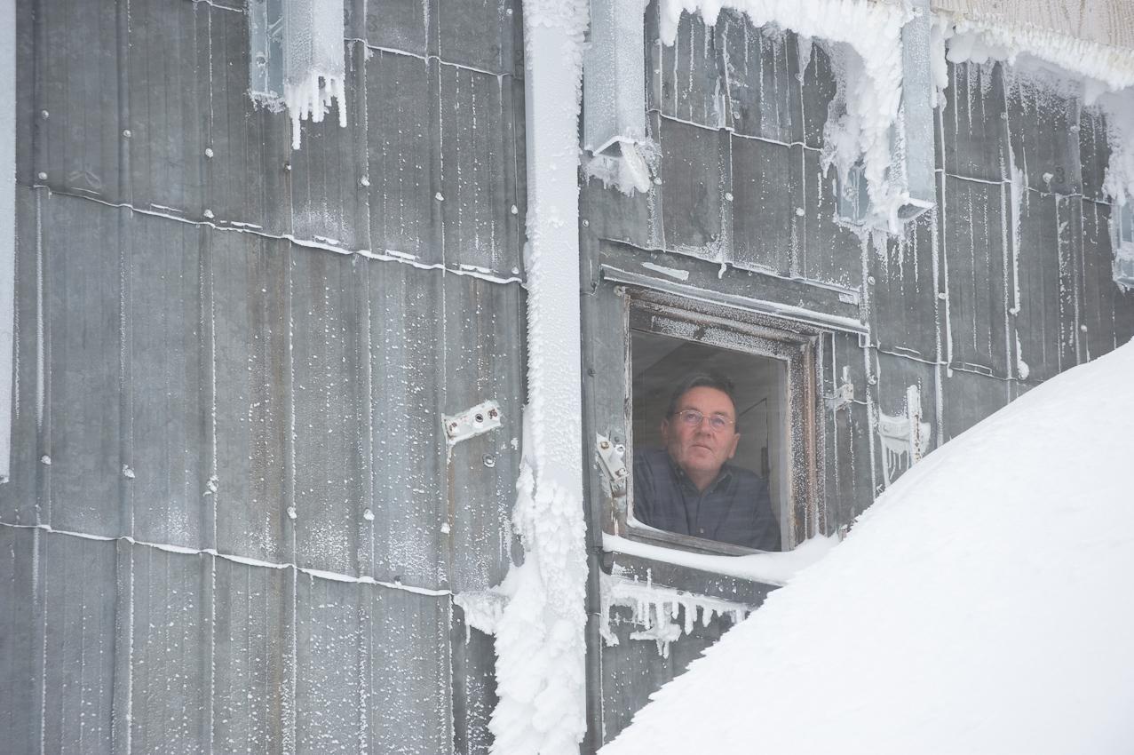 Der höchste Arbeitsplatz Deutschlands: Wetterbeobachter Schorsch Demmer (55) blickt aus dem Fenster der Wetterwarte Zugspitze auf 2.963 Höhenmetern. Er ist einer von acht Beamten des Deutschen Wetterdiensts, die hier im Schichtbetrieb 365 Tage im Jahr rund um die Uhr Wetterdaten und Messwerte liefern. Am Morgen des 7. Mai 2010 schneit es - die Sicht beträgt in den Wolken nur wenige Meter.