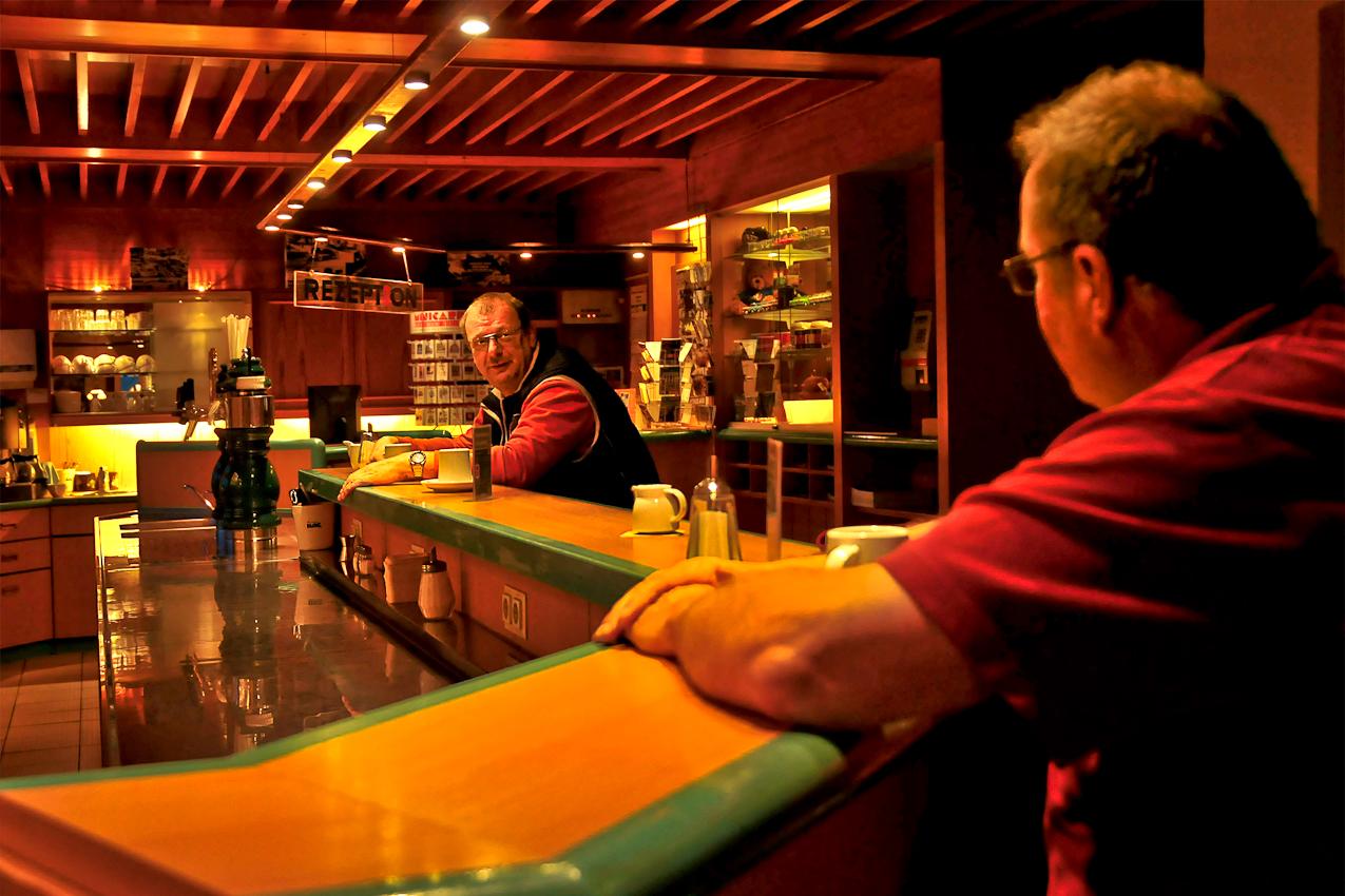 """Im """"Hotel Avus"""" am Messedamm in Berlin-Charlottenburg am 07.05.2010 um 05:25 Uhr: Fernfahrer Uwe im Gespräch mit einem Kollegen beim Morgenkaffee."""