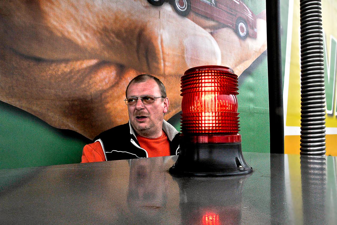 """Beim """"Autohof Uhrsleben"""" am 07.05.2010 um 12:18 Uhr: Uwe betankt seinen LKW, im Hintergrund die Werbung auf der Plane seines Aufliegers."""